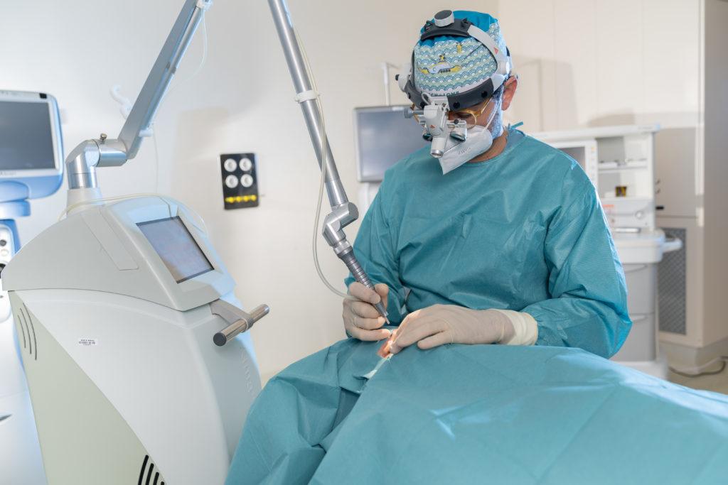 Operación Blefaroplastia láser a paciente