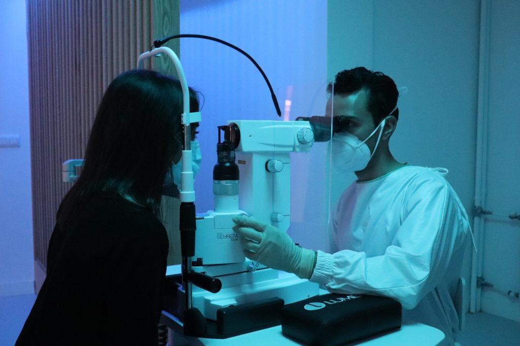 Dr Villoria frenando la tension ocular del glaucoma con el laser SLT