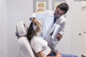 Paciente y doctor en consulta de postoperatorio blefaroplastia láser