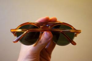 señor mayor cogiendo gafas de sol