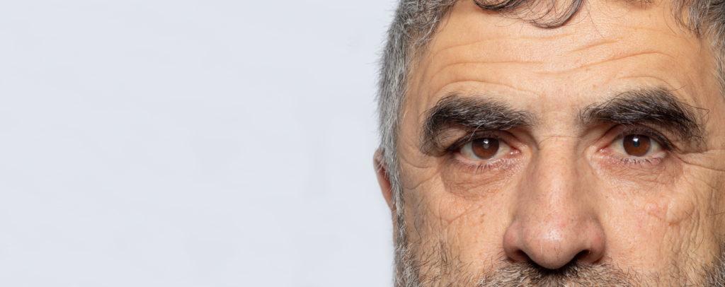 ojos persona mayor tras la recuperación de la operación de cataratas
