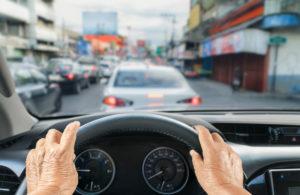 persona mayor conduciendo despues de la recuperacion de operacion de cataratas